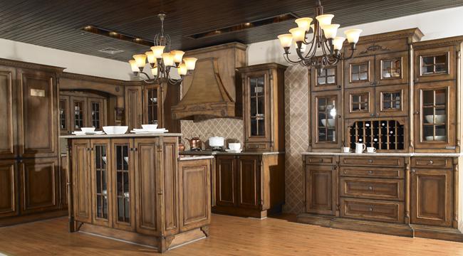 整套厨柜在布局上借鉴了美式厨房环境规划方式,酒柜的设计充分体现了